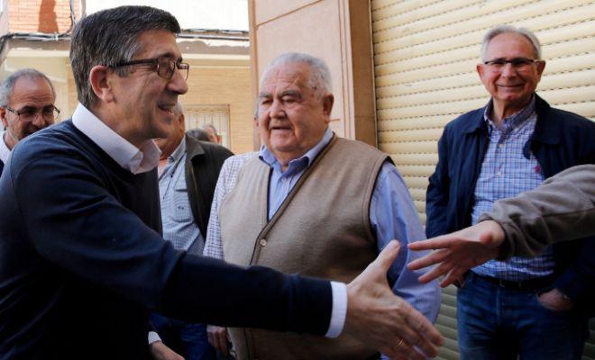 Patxi López saluda a varios militantes socialistas de Benifaió.