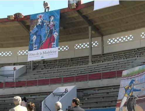 Un operario despliega el cartel de la feria en la presentación de Mont de Marsan