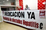 Afectados por la Hepatitis C exigiendo medicación en un acto en 2015.
