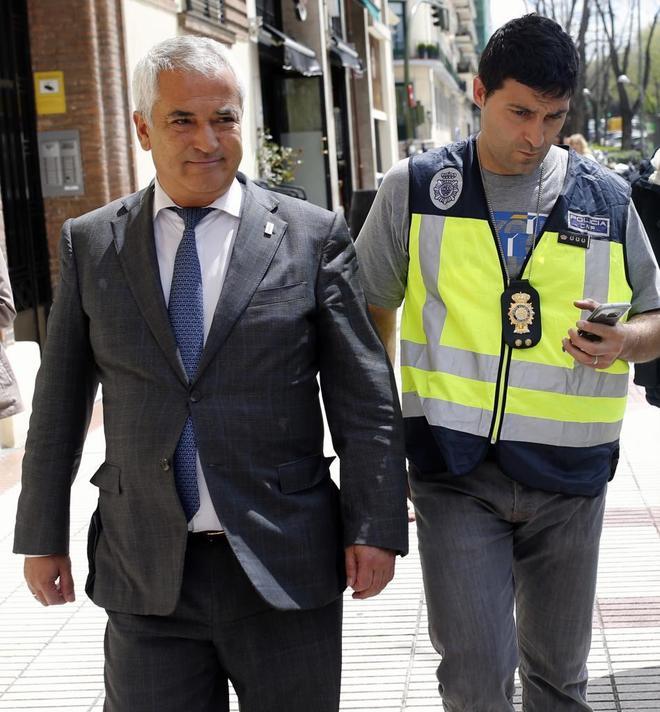 El presidente de Ausbanc, Luis Pineda, a su salida de la asociación en Madrid.