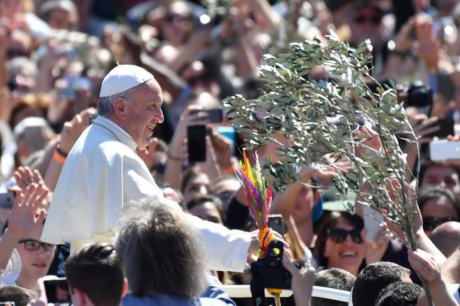 El Papa aclamado por la gente