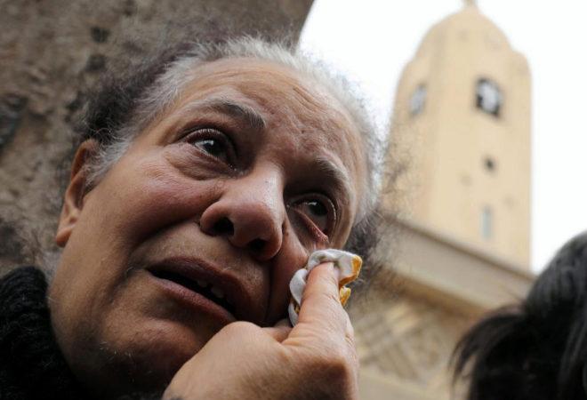 Una mujer llora tras el atentado en la ciudad egipcia de Tanta.