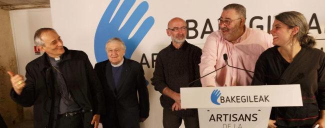 A la izquierda, los religiosos Matteo Zuppi y Harold Good, el sábado...