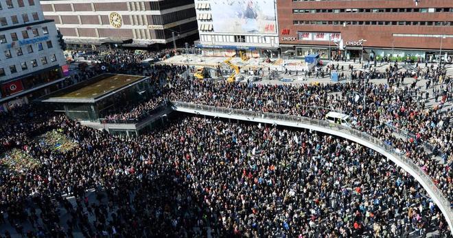 Multitudinario homenaje a las cuatro víctimas del atentado y en rechazo del terrorismo, ayer en Estocolmo.
