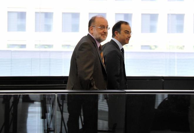 Àngel Colom entra a la Audiencia de Barcelona acompañado por el diputado de CIU Jordi Turull.