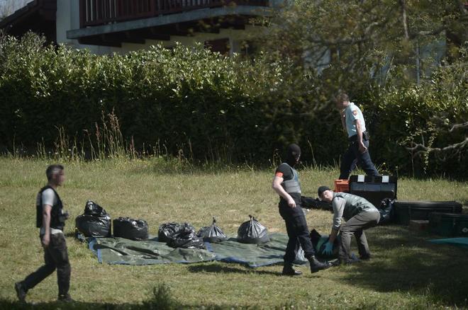 Policías franceses inspeccionan uno de los depósitos de armas...
