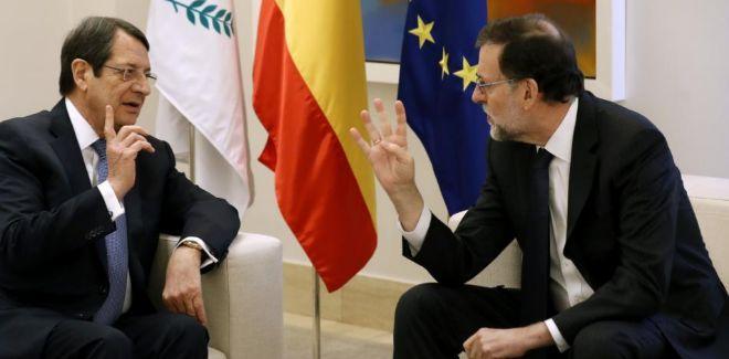 El presidente del Gobierno, Mariano Rajoy, y su homólogo de Chipre, Nicos Anastasiadis, conversan durante el encuentro que han mantenido esta mañana en el Palacio de la Moncloa.