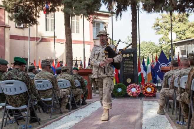 Un gaitero del ejército canadiense durante una ceremonia de la OTAN en Kabul.