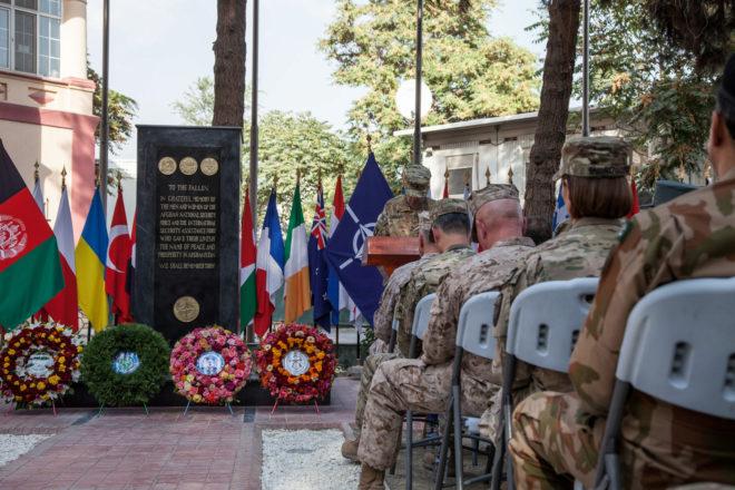 Soldados afganos y de la OTAN rezan en una ceremonia en Kabul para recordar a los caídos en el conflicto