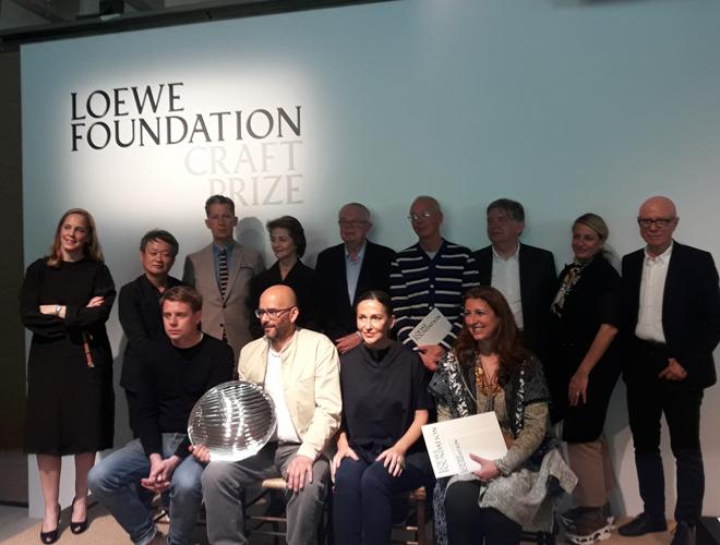 El ganador del Loewe Foundation Craft Prize con los miembros del...