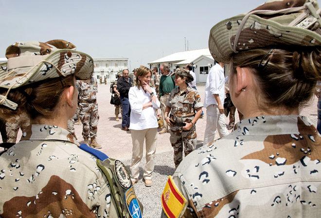 Carme Chacón conversando con una de las militares de la base de Herat.