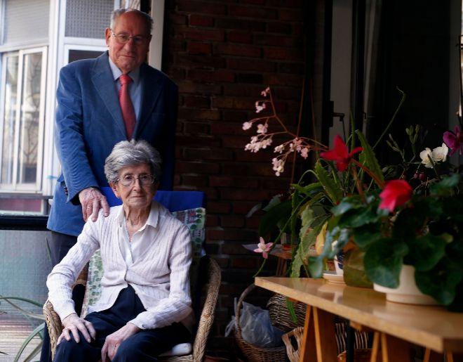 Mª Teresa, que tiene Parkinson desde hace 15 años, posa junto a su marido Eduardo.