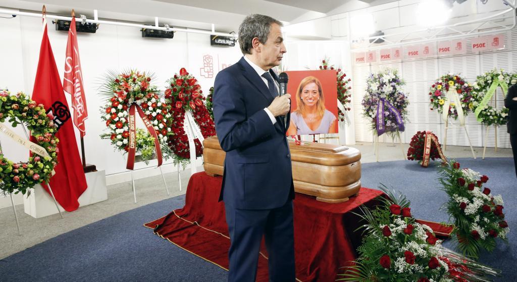 El ex presidente José Luis Rodríguez Zapatero le dedica unas palabras a Carme Chacón durante la capilla ardiente.