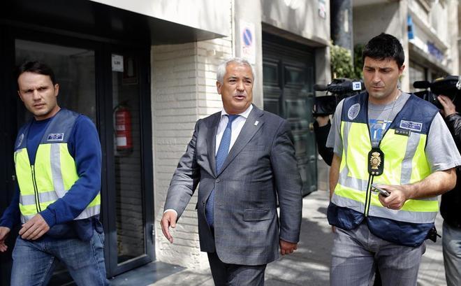 El presidente de Ausbanc, Luis Pineda, a la salida de la sede de la asociación en Madrid.