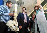 El alcalde de Granada, el socialista Francisco Cuenca, en el centro de...