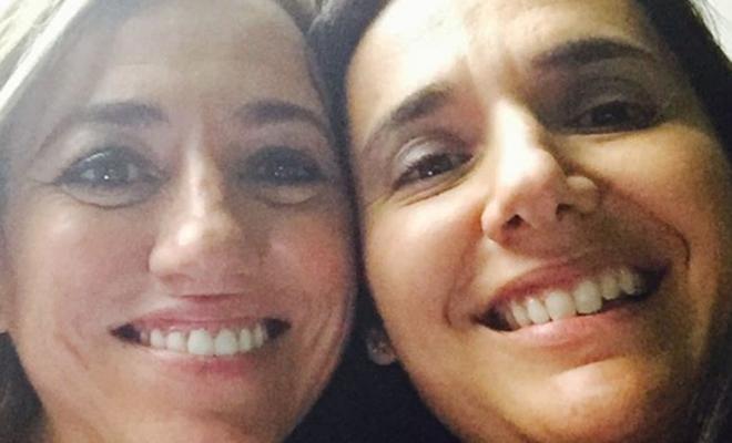 Carme Chacón (izquierda), junto a su hermana Mireia, en una foto reciente.