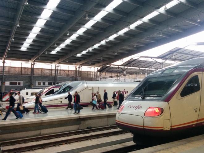 Un tren AVE entra en una estación.