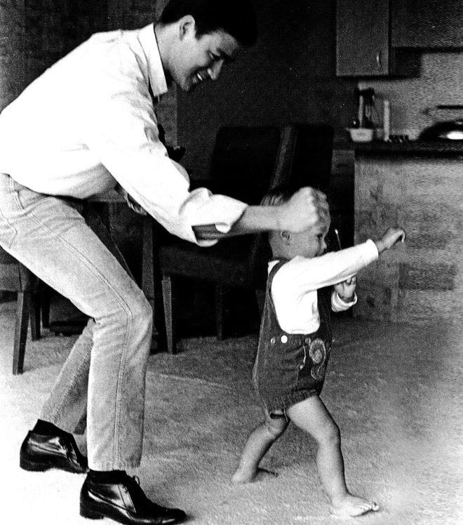 BRUCE Y BRANDON LEE. Padre e hijo, en una foto tomada en el año 1966.