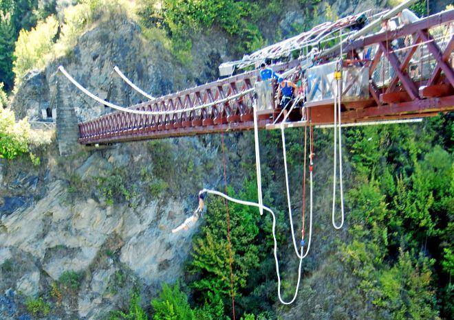 KAWARAU BUNGY CENTER. 'Bungy' en el puente de suspensión de...