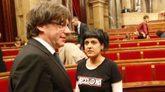 Puigdemont y Anna Gabriel charlan en el Parlament.