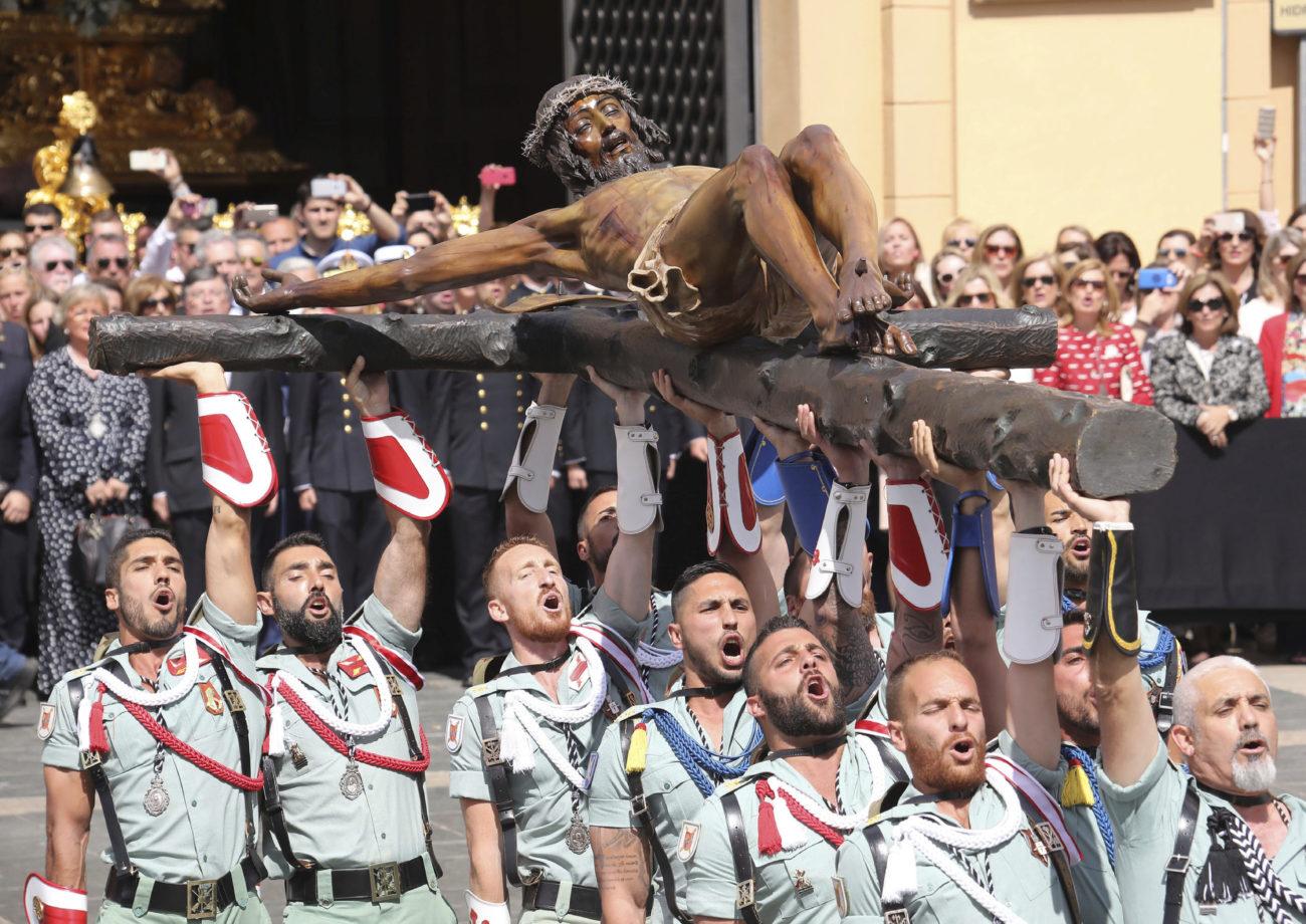 Los legionarios portan El Cristo de la Buena Muerte en Málaga.