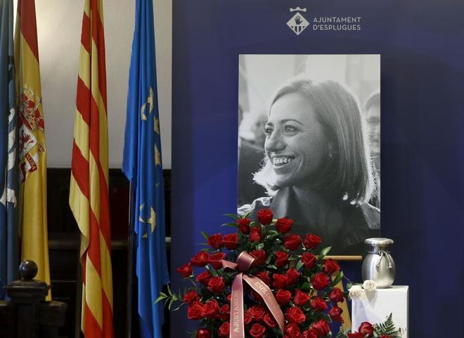 El salón de plenos del ayuntamiento de Esplugues de Llobregat acoge las cenizas de Carme Chacón.