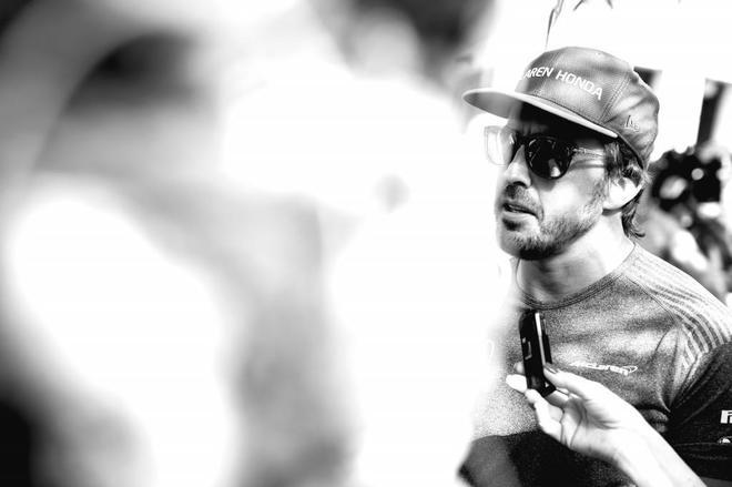 Fernando Alonso atiende a los medios en el paddock de Bahrein.