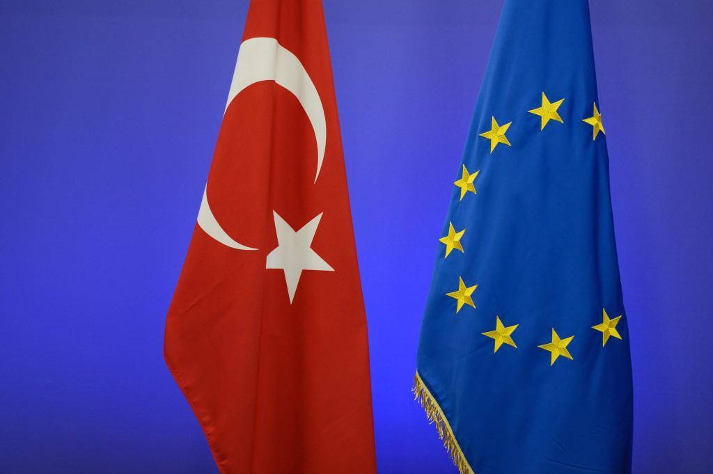 La bandera turca y la de la UE, juntas en una cumbre en Bruselas en 2015.