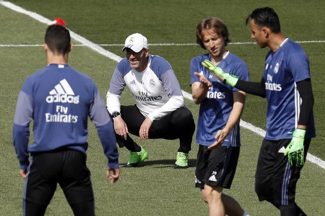 Zidane observa a sus jugadores durante el entrenamiento.