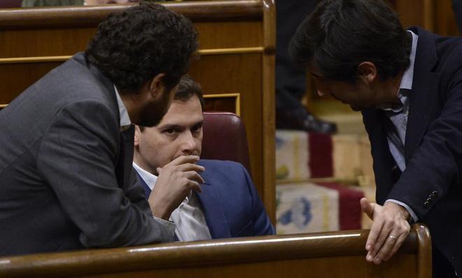 Albert Rivera escucha a dos de los diputados de Ciudadanos en el...