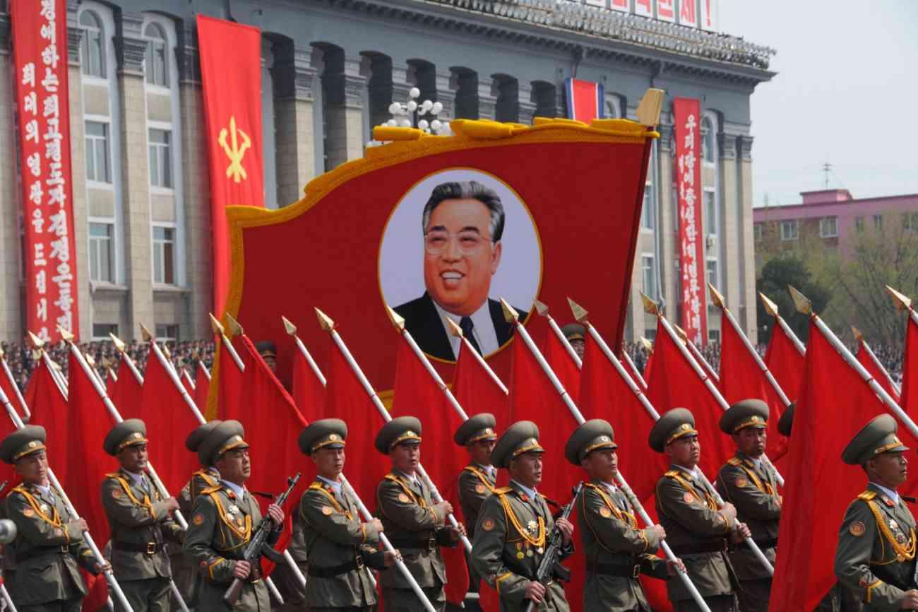 Soldados norcoreanos desfilan ante la imagen de Kim Il-Sung, líder de...