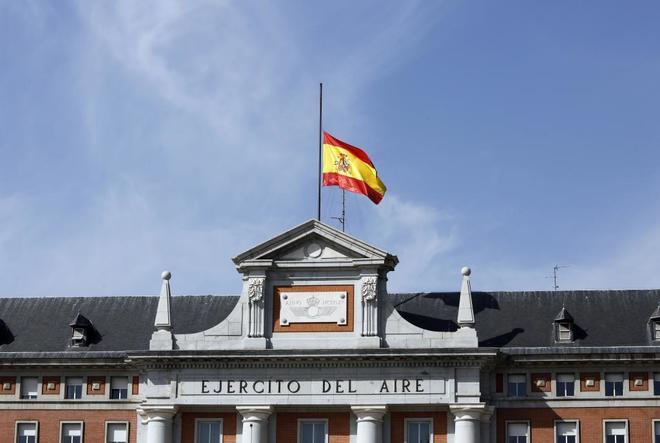 Bandera a media asta en el cuartel del Ejército del Aire de Madrid el pasado viernes.