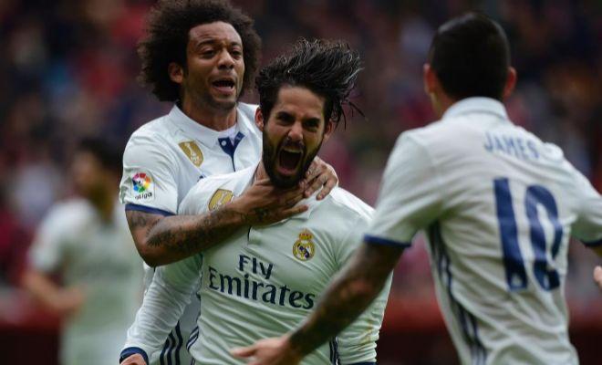 Isco celebra con Marcelo y James el gol del triunfo en El Molinón.