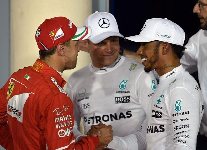 Vettel (izda) saluda a Hamilton en presencia de Bottas.