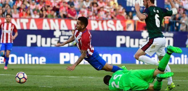 Correa cae ante Sirigu en uno de los penaltis señalados por Melero López.