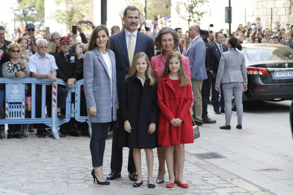 La Familia Real posa en la puerta de la Catedral.