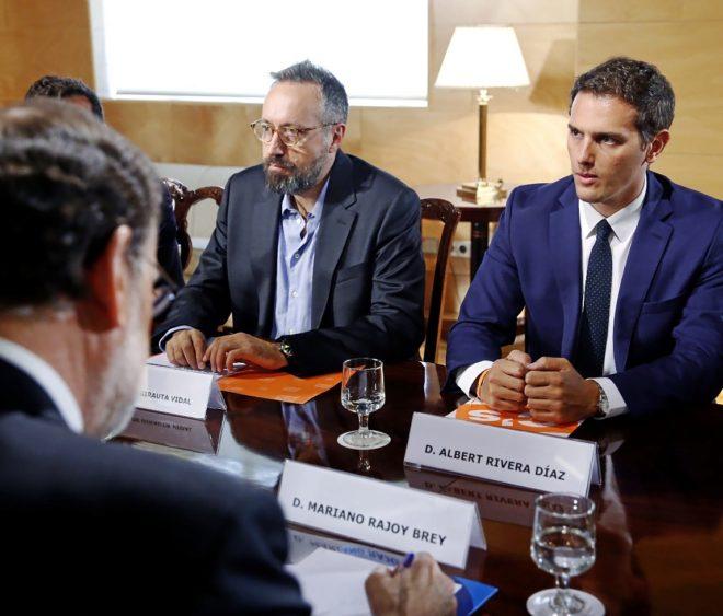 Mariano Rajoy, de espaldas, en la reunión con Albert Rivera y Juan...
