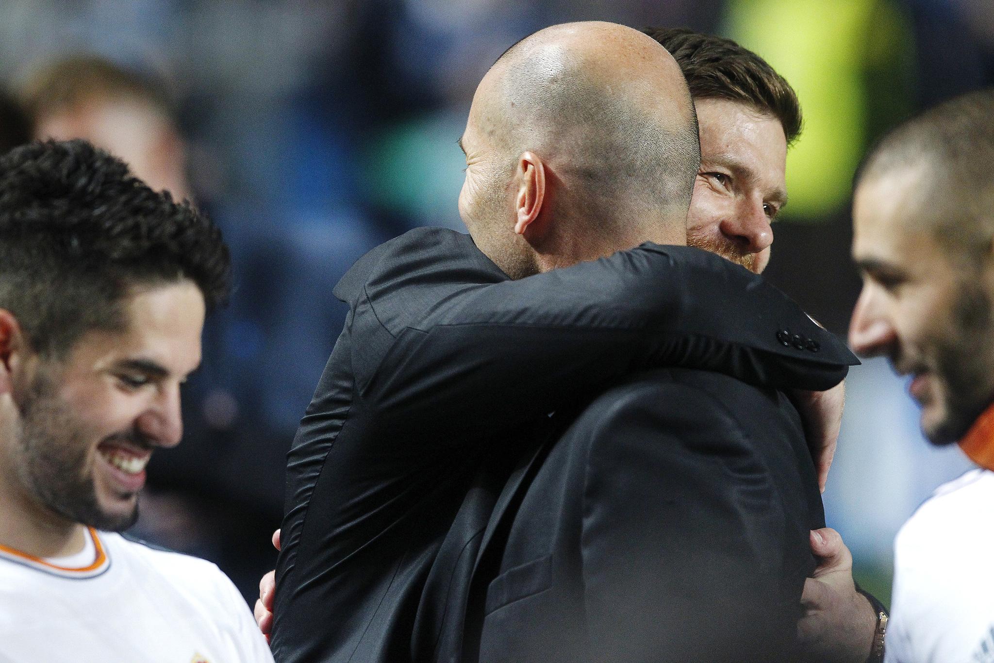 86cfb4494a Xabi Alonso y Zidane se abrazan en la final de la Champions de Lisboa  (2014). NACHO MORENO