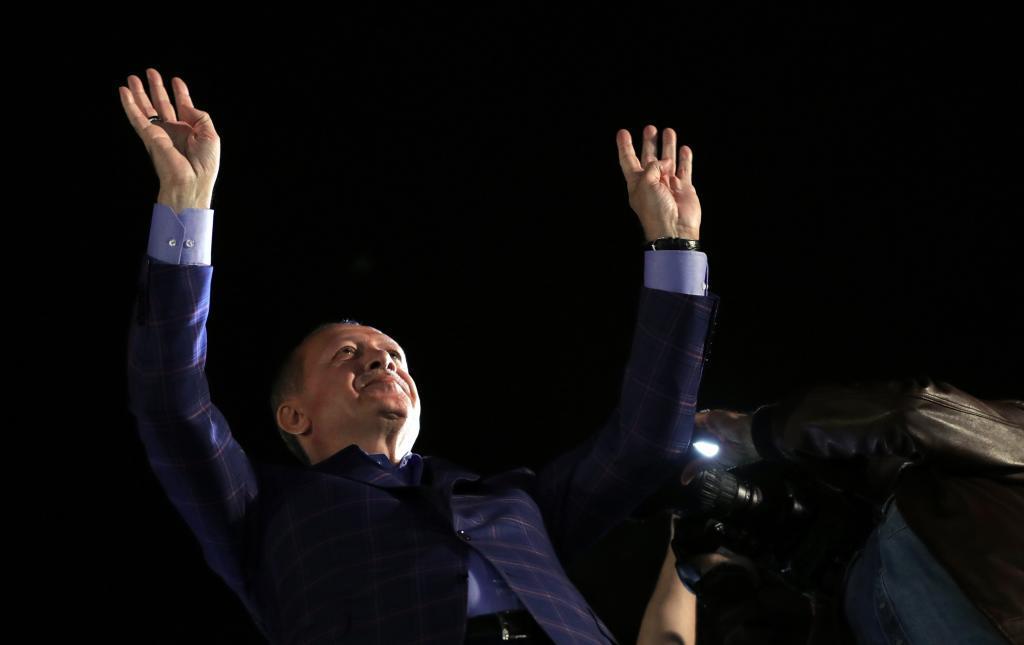 El presidente turco Erdogan celebra la victoria del Sí en el referéndum turco.