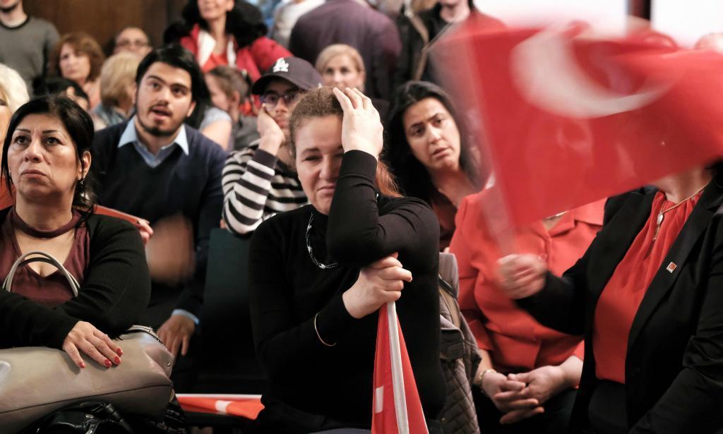 Opositores a la reforma constitucional se lamentan tras la victoria del Sí en Turquía.