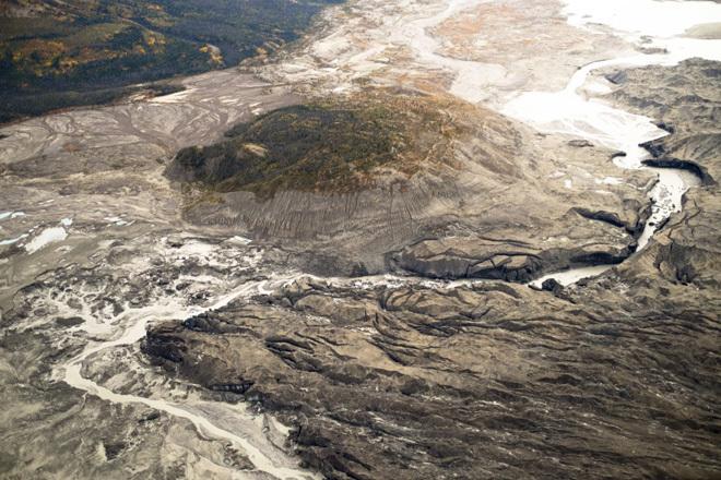 La corriente fluye a través del frente del glaciar de Kaskawulsh en...