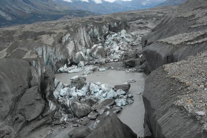 El río Kaskawulsh, con bloques de hielo recientemente derrumbados,...