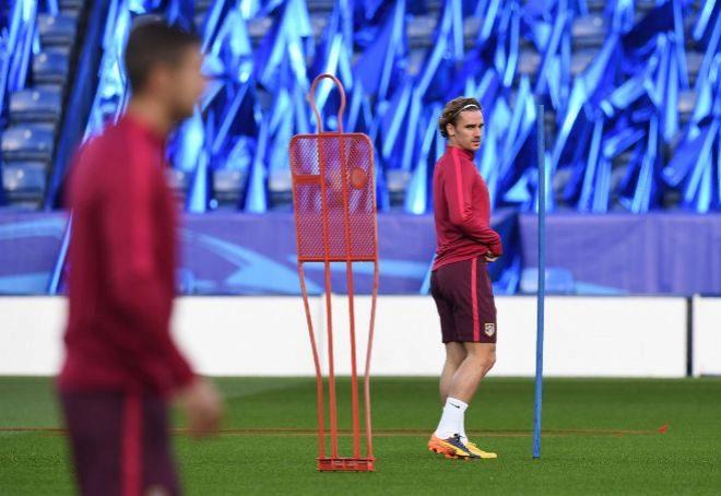 Antoine Griezmann, durante el entrenamiento del Atlético en el estadio del Leicester este lunes.