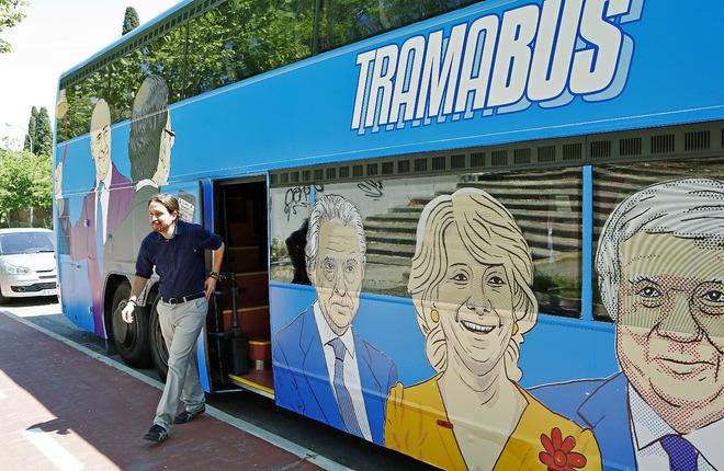 Iglesias, bajándose del autobús de Podemos que denuncia la...