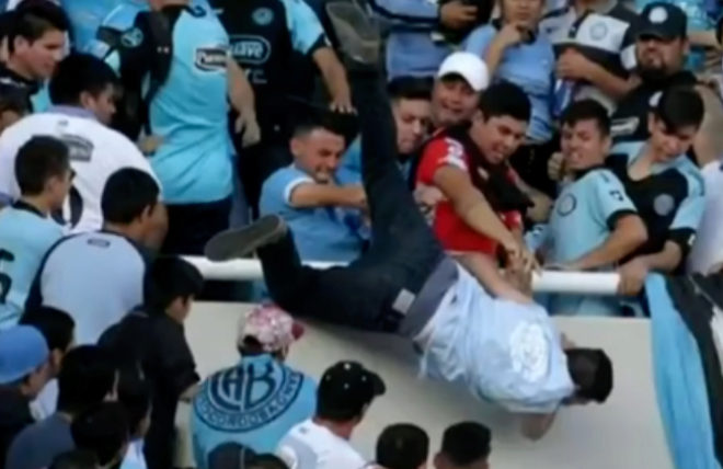 Momento en el que los aficionados del Belgrano empujan desde la tribuna a Emanuel Balbo.