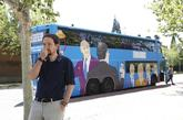 El líder de Podemos, Pablo Iglesias, delante del autobús contratado...