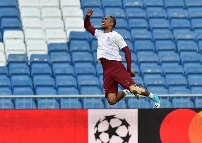 Douglas Costa, durante el entrenamiento de este lunes, en Madrid.