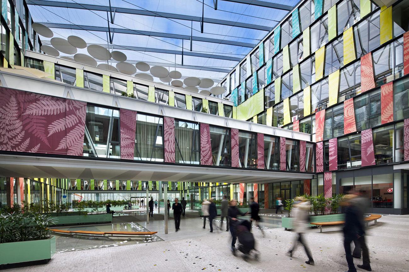 El original edificio de oficinas Danube House se centra en un diseño...
