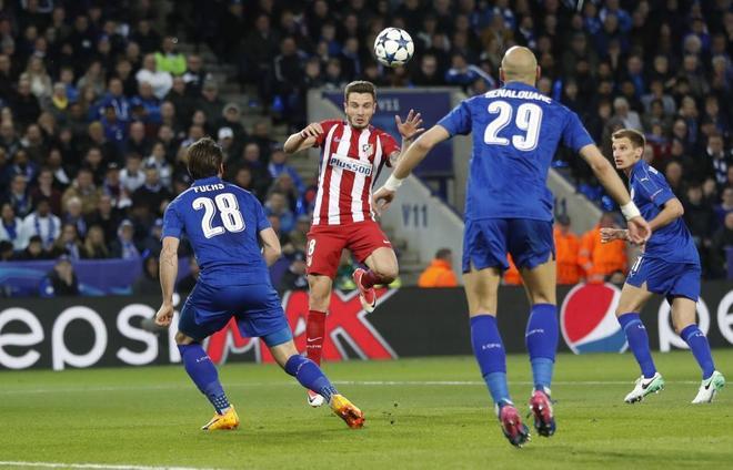 Saúl, en el cabezazo del gol del Atlético.