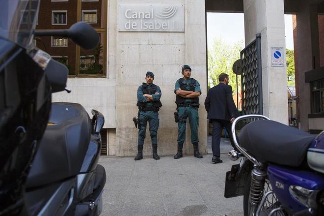Agentes de la Guardia Civil en la entrada de la sede del Canal de...